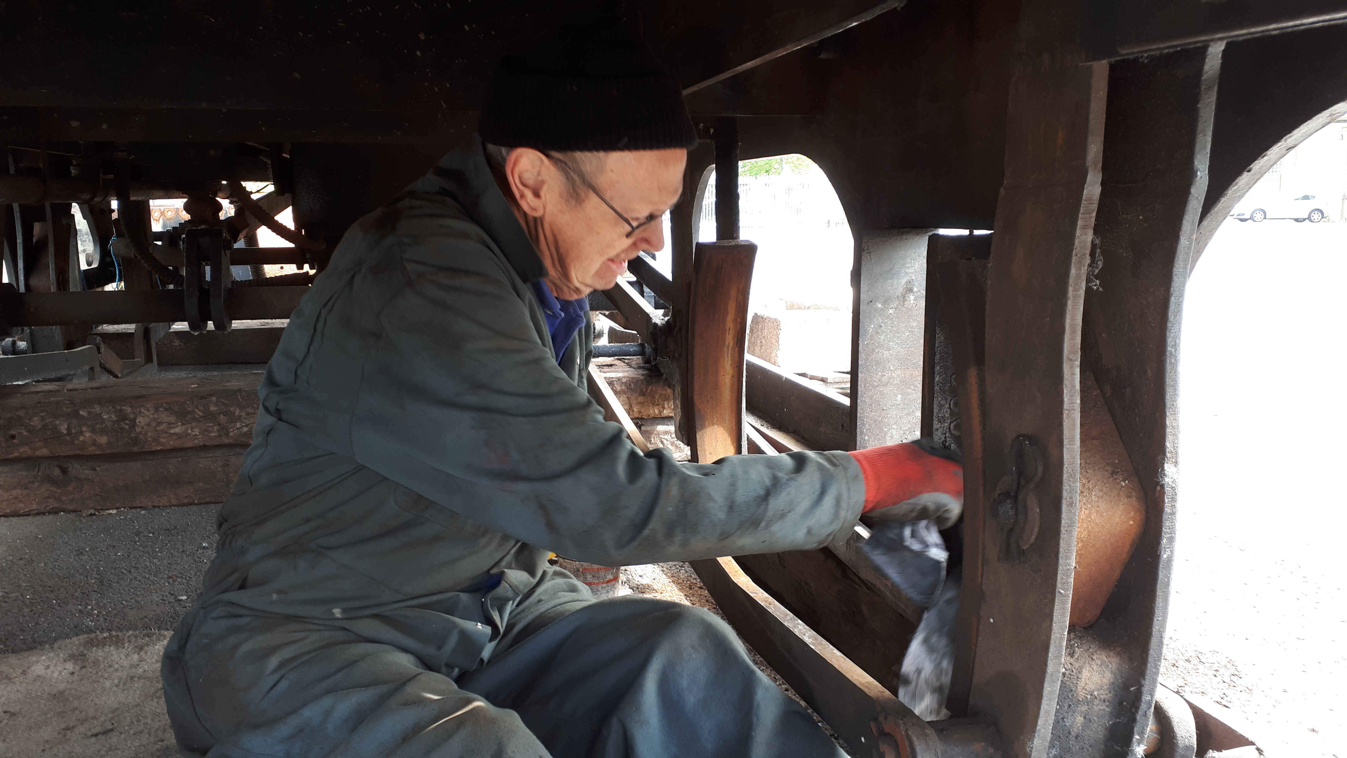 John Dixon cleans the underside of FR 20's tender