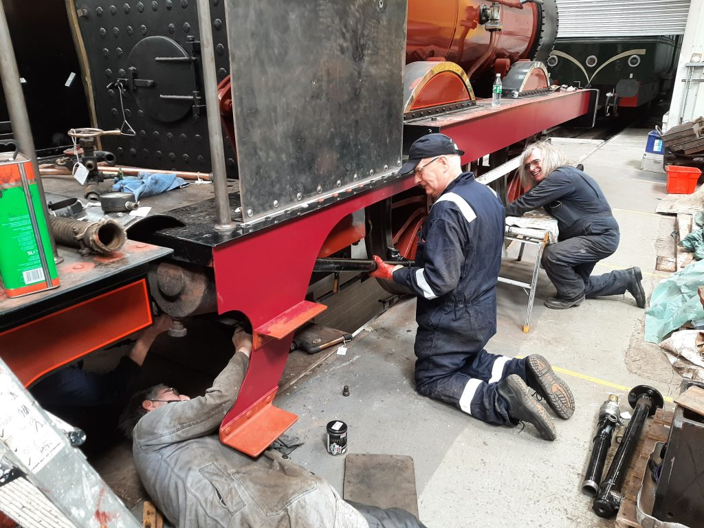 John Dixon, Alan, Ron and Ade wrestle with FR 20's vacuum pipe